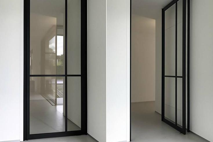 Moderne 'steel look' deur van Anyway Doors