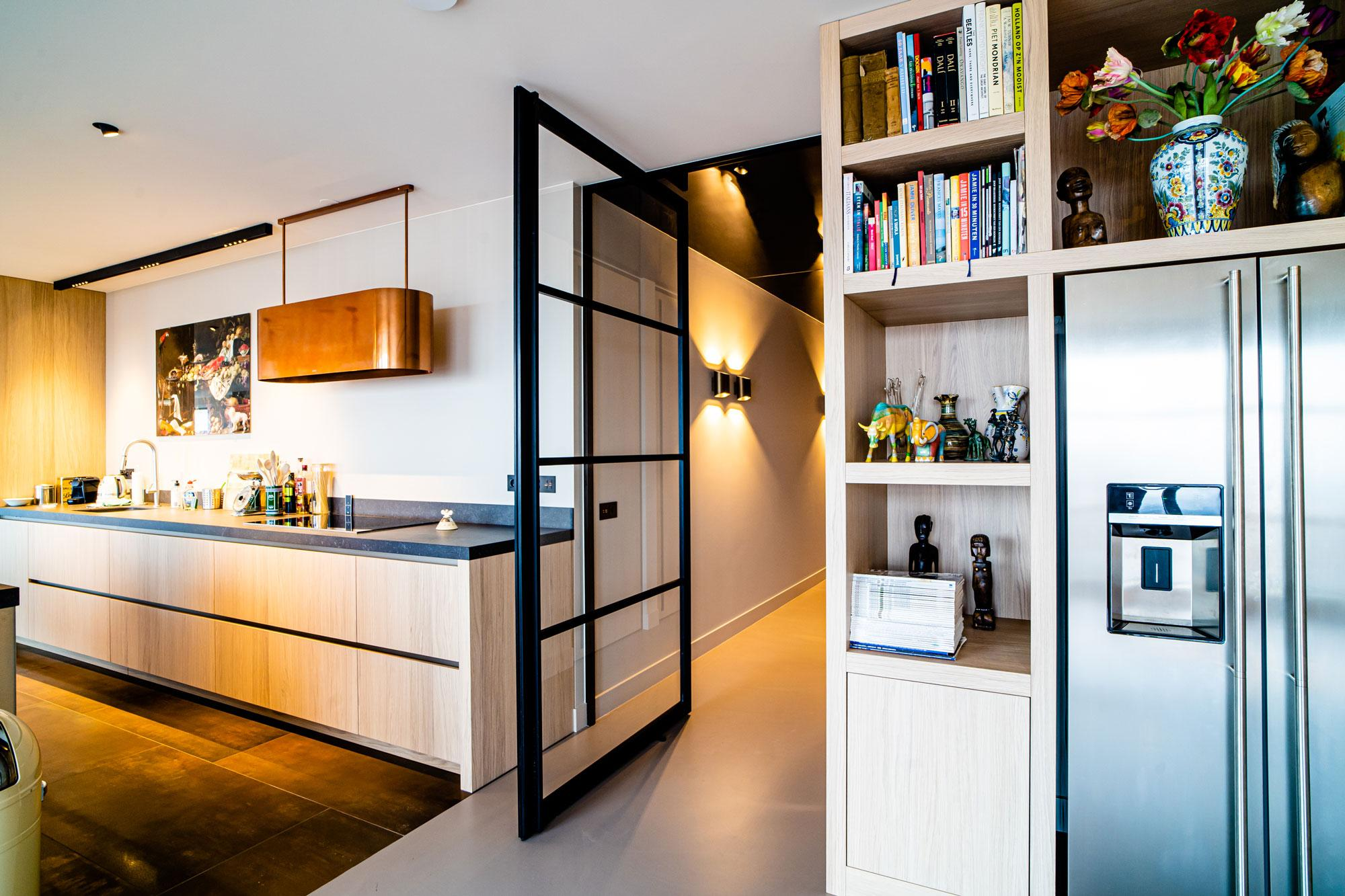 Modern appartement met steel look en houtlook taatsdeuren